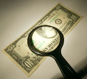 Dólar e magnifier Fotografia de Stock Royalty Free