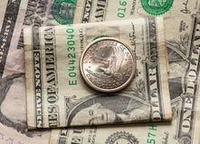 Dólar e meia moeda sobre a única nota de banco imagens de stock royalty free