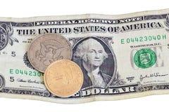 Dólar e meia moeda sobre a única nota de banco foto de stock