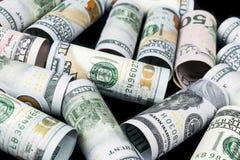 Dólar Rolo das cédulas do dólar em outras posições Moeda americana dos E.U. na placa preta Rolos americanos da cédula do dólar Fotos de Stock
