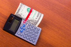 Dólar y calculadora viejos en la tabla Imagenes de archivo