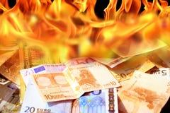 Dólar y cuentas euro en el fuego Fotografía de archivo libre de regalías