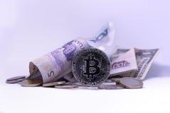 Dólares americanos, chino Yuan y moneda de Bitcoin imagen de archivo