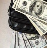 100 dólares americanos de imágenes en el bolso, imágenes del dólar en la cartera del dinero, Foto de archivo libre de regalías