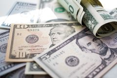 dólares americanos de los billetes de banco, ciento, cincuenta, veinte, dos, un dólar, cierre para arriba imagen de archivo