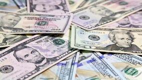 Dólares americanos del dinero en fondo superficial giratorio Nuevos dólares de billetes de banco almacen de metraje de vídeo