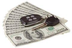 Dólares americanos e chaves do carro isoladas Fotos de Stock