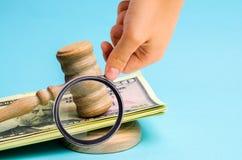Dólares americanos e martelo do juiz/martelo O conceito da corrupção no estado e no governo corte Falência, corrupção, fraude, foto de stock