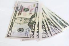 Dólares americanos em um fundo branco Dinheiro Fotos de Stock