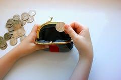 Dólares americanos en un monedero en un fondo blanco Primer de la mano Imagenes de archivo