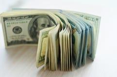 Dólares americanos en un monedero negro Imágenes de archivo libres de regalías