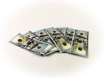 100 dólares americanos espalhados ao redor Fotos de Stock