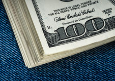Dólares em um bolso das calças de brim Imagens de Stock