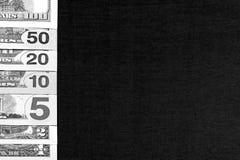 Dólares americanos no fundo preto da placa preto e branco Fotos de Stock Royalty Free