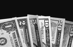 Dólares americanos no fundo preto da placa preto e branco Foto de Stock Royalty Free