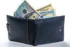 Dólares americanos que se pegan fuera de una cartera de cuero por completo fotos de archivo