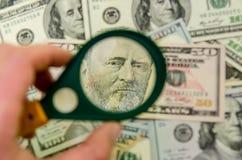 50 dólares americanos sob uma lupa Fotografia de Stock Royalty Free