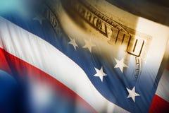 Dólares americanos y la bandera imagenes de archivo