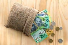 Dólares australianos de AUD, derramado hacia fuera de un bolso Imágenes de archivo libres de regalías