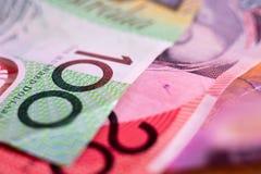 Dólares australianos notas de 20, 100, 5 dólares e contas ao lado dos livros no foco seletivo $ Fotografia de Stock Royalty Free