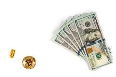 Dólares, barra del oro y bitcoin de oro del btc en blanco Imagen de archivo libre de regalías