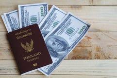 100 dólares con el pasaporte Fotografía de archivo