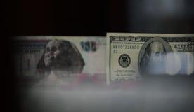 100 dólares contra 100 libras egipcias Fotografía de archivo libre de regalías