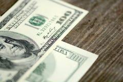 Dólares das cédulas no fundo de madeira Imagens de Stock