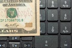 Dólares das cédulas no teclado do portátil Imagem de Stock Royalty Free