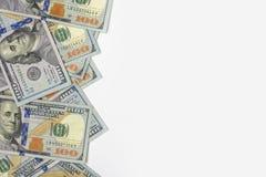 Dólares das centenas dos EUA e do fundo branco imagem de stock