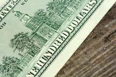 100 dólares de billetes de banco en fondo de madera Imágenes de archivo libres de regalías