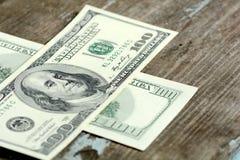 100 dólares de billetes de banco en fondo de madera Fotografía de archivo