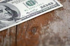 Dólares de billetes de banco en fondo de madera Imagen de archivo
