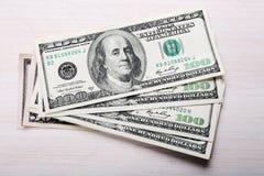 Dólares de billetes de banco en la tabla Imagenes de archivo