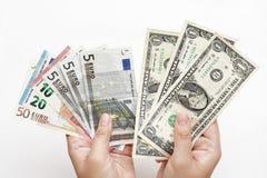 Dólares de conta e euro- cédulas disponível Foto de Stock