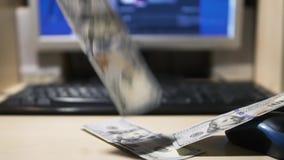 Dólares de contas que caem perto do teclado de computador vídeos de arquivo