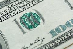 100 dólares de cuenta en cierre de la moneda de los E.E.U.U. para arriba Fotografía de archivo