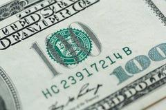 100 dólares de cuenta en cierre de la moneda de los E.E.U.U. para arriba Fotografía de archivo libre de regalías