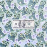 100 dólares de cuenta son mentiras en un sistema de la denominación monetaria verde Fotografía de archivo