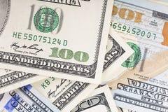 Dólares de E 100 cuentas de dólar Concepto del dinero Pluma, lentes y gráficos fondo del dinero, dólares de E.E.U.U. Visión super Fotografía de archivo