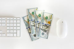 Dólares de EE. UU. de billetes de banco con el teclado de ordenador Fotos de archivo