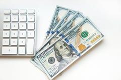 100 dólares de EE. UU. de billetes de banco con el teclado de ordenador Fotografía de archivo