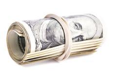 100 dólares de EE. UU. de billetes de banco rodaron para arriba y apretaron con la goma Imagen de archivo