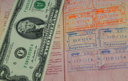 2 dólares de EE. UU. en el pasaporte ruso con la salida confinan los sellos Foto de archivo