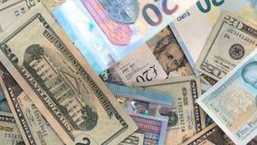 Dólares de EE. UU. de la libra BRITÁNICA de la UE caer euro de la cámara lenta almacen de metraje de vídeo