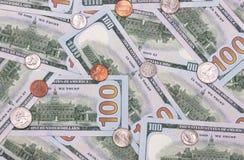 100 dólares de EE. UU. y fondo abstracto de los centavos Imágenes de archivo libres de regalías