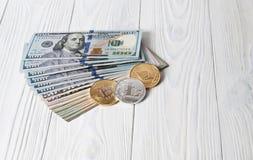 Dólares de EE. UU. y moneda Crypto fotos de archivo