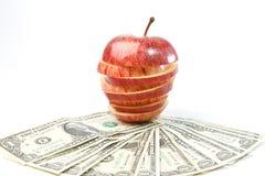 dólares de endechas en una manzana imagen de archivo