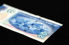 20 dólares de Hong Kong en un fondo oscuro Foto de archivo