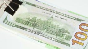Dólares de la pila con el clip metrajes